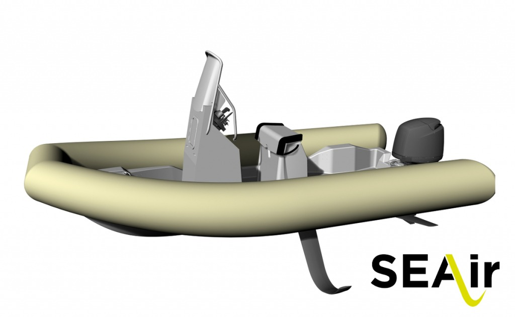 Vue 3D d'un semi-rigide SEAir doté de foils