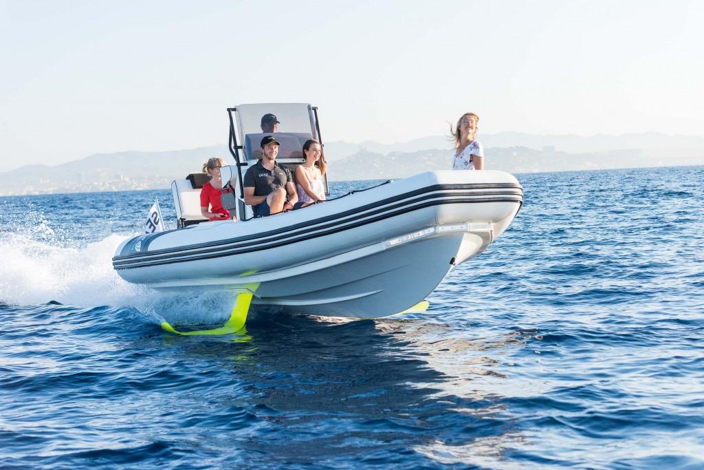 Navigation en eau calme sur un semi-rigide à foil SEAir