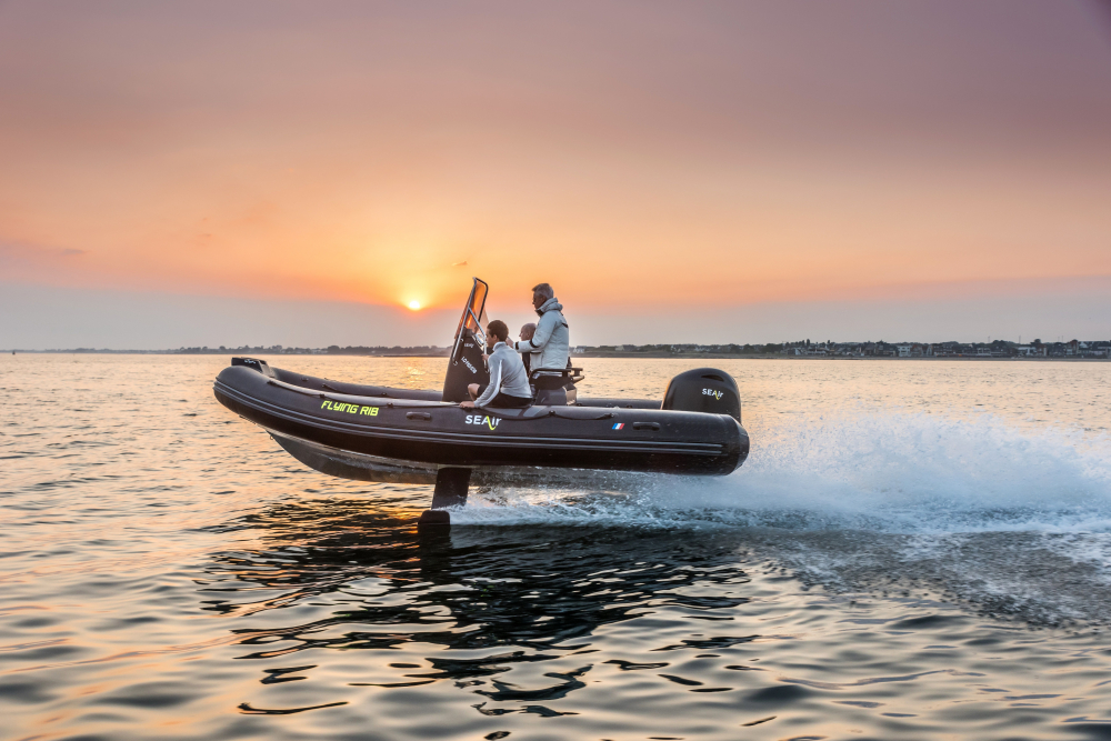 Essai de vol d'un bateau SEAir au coucher du soleil